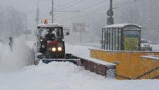 Снегоуборочная техника во время сильного снегопада, архивное фото