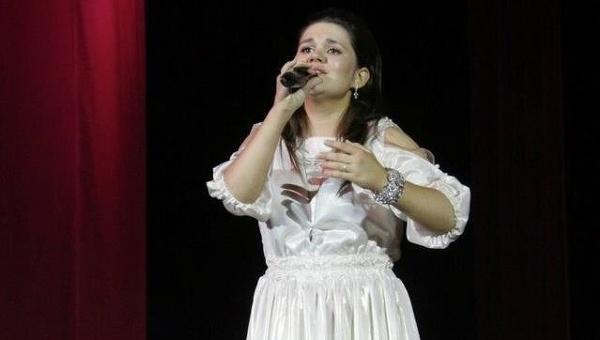 Победительница певческого шоу Голос 21-летняя Дина Гарипова