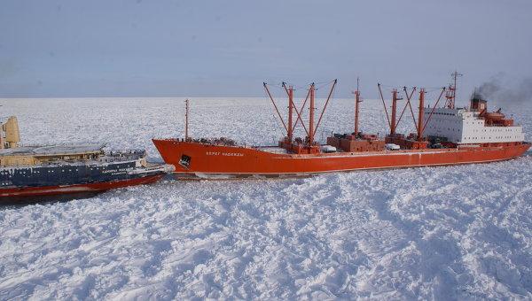 Ледоколы Красин и Адмирал Макаров транспортируют рефрижератор Берег Надежды