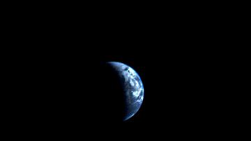 Cнимок зонда Вояджер-1,  на котором изображены серпы Земли и Луны, архивное фото