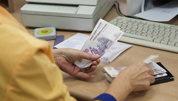 Выдача денег в одном из отделений Почты России, архивное фото