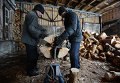 """Рабочие перерабатывают на дрова отходы производства на лесопромышленном предприятии """"Абсолют-М"""""""