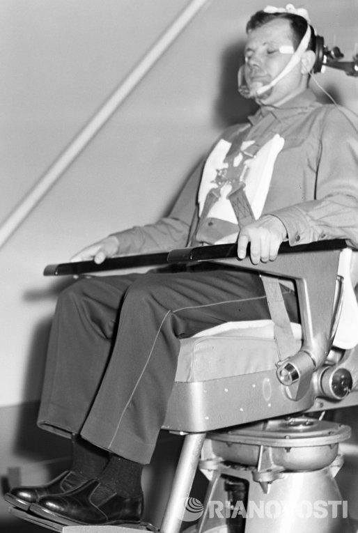 Космонавт Гагарин на тренировке