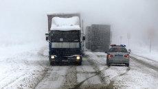 Пробка на трассе из-за сильного снегопада. Архивное фото