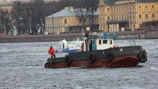 Спасательное судно МЧС России на месте крушения буксировочного катера на реке Нева в Санкт-Петербурге.