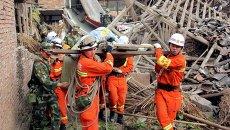 Спасатели работают на месте землетрясения в провинции Сычуань на юго-западе Китая