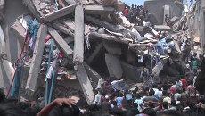 Тысячи людей разбирали завалы рухнувшего восьмиэтажного здания в Бангладеш