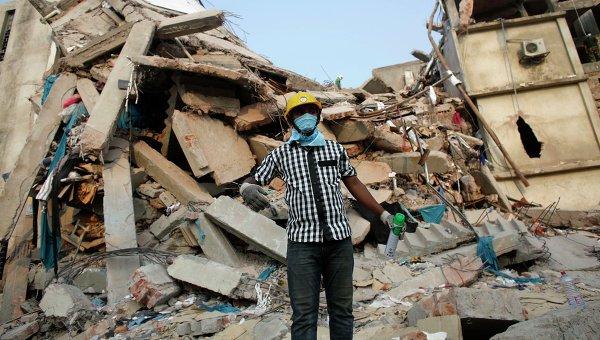 Спасатель работает на месте обрушения здания в пригороде столицы Бангладеш Дакки