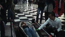 Новосибирцы Ночь музеев стояли в очереди, чтобы покататься в гробу