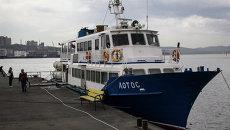 Судно Лотос, используемое для доставки пассажиров на остров Попова во Владивостоке