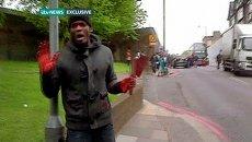 Мужчина с ножом в руках на месте убийства военнослужащего в Лондоне