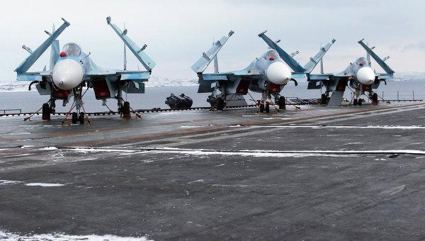 Многоцелевые палубные истребители Су-33. Архивное фото