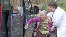 Перевозка инвалида. Архивное фото