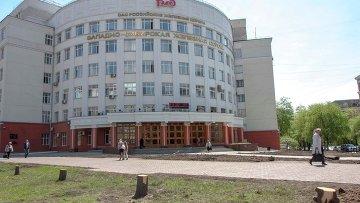 Пеньки от елок у здания управления Западно-Сибирской железной дороги (ЗСЖД)