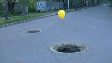Автолюбители пометили воздушными шарами большие ямы на дорогах Томска