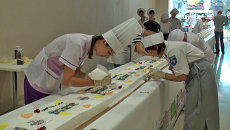 Кондитеры украсили самое длинное пирожное России вишенками и шоколадом