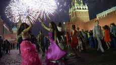 Московские выпускники отмечают окончание школы на Красной площади