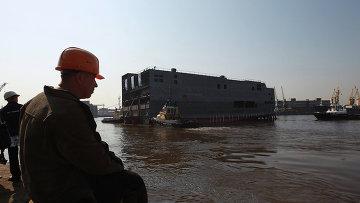 Спуск на воду кормовой части для первого вертолетоносца Мистраль