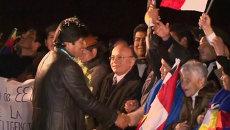 Боливийцы надели на Моралеса праздничное ожерелье в аэропорту Ла-Паса