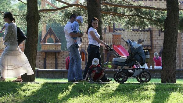 Отдых горожан в парке, архивное фото