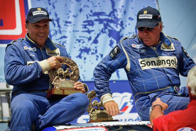 Пилот французской команды SONANGOL SCHLESSER Жан Луи Шлессер (справа)