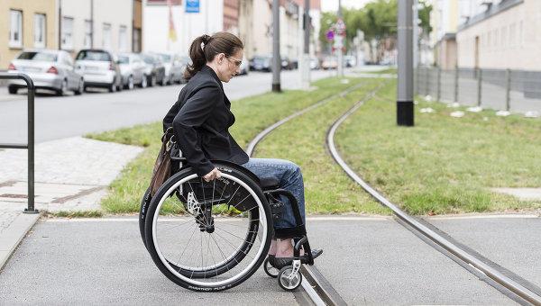 Женщина на инвалидной коляске, архивное фото