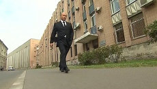 Путин после прощания с тренером по дзюдо прошел по улице в одиночестве