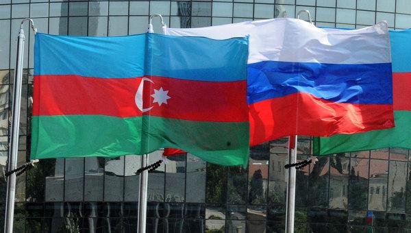 Национальные флаги России и Азербайджана. Архивное фото