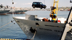 Разгрузка японских авто в порту Владивостока. Архив