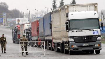 Работа таможенных и пограничных служб Украины на пункте пропуска на границе Украины с Россией. Архив