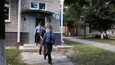 Обвиняемый в убийстве псковского священника Павла Адельгейма Сергей Пчелинцев (в центре), архивное фото