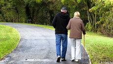 Пожилая пара гуляет в парке. Архивное фото