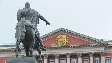Здание Мэрии Москвы и памятник Юрию Долгорукому