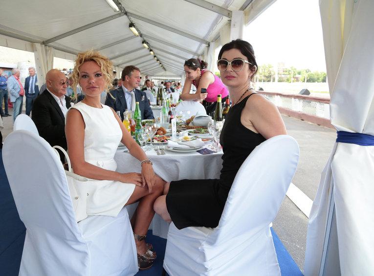 Режиссер Алина Крупнова и дизайнер Мария Цигаль на скачках на приз президента РФ