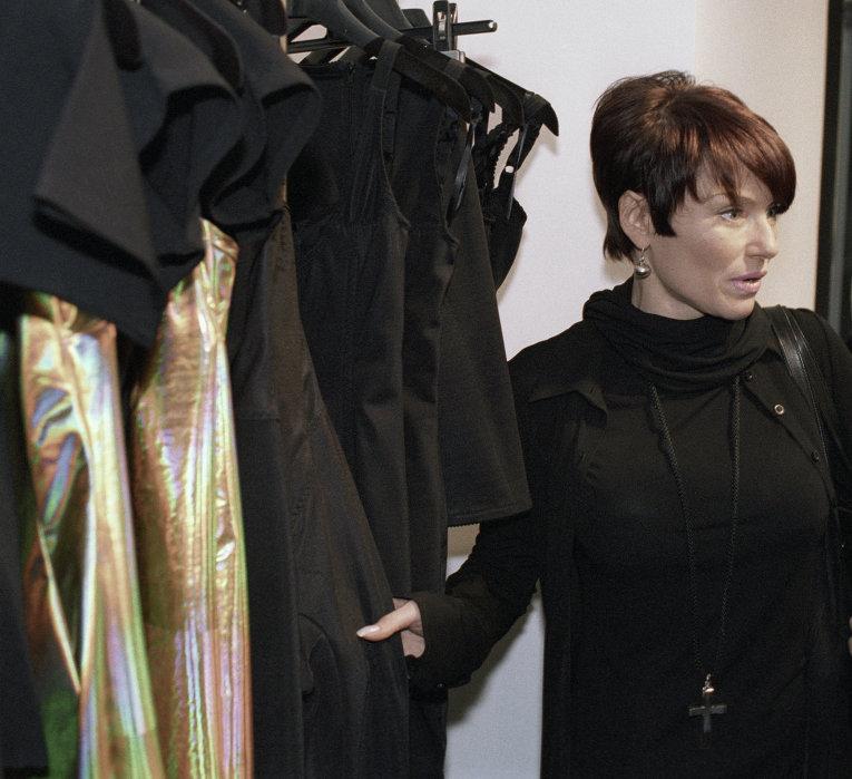 Понаровская выбирает одежду в магазине