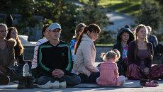 Жители Владивостока медитируют в День мира. Фото с места события.