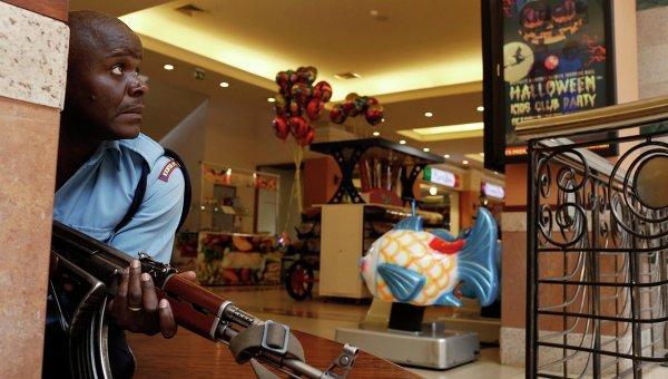 Сотрудник полиции в торговом центре в Найроби