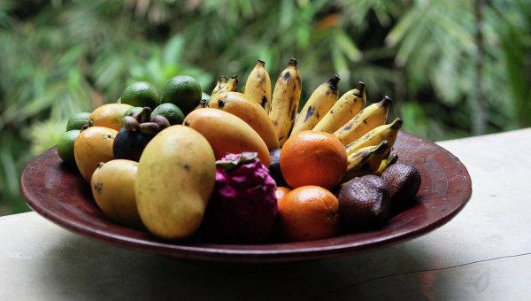 Тарелка с фруктами. Архивное фото