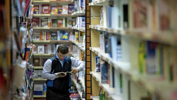 Посетитель в книжном магазине. Архивное фото