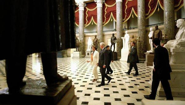 Нэнси Пелоси и Стени Хойер в скульптурном зале Конгресса США, 1 октября 2013