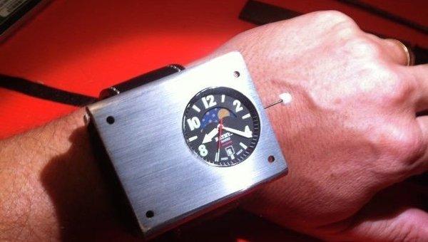 Наручные атомные часы, архивное фото