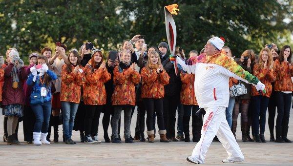 Шаварш Карапетян несет факел с огнем во время старта эстафеты Олимпийского огня в Москве