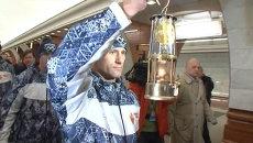Олимпийский огонь спустили в московское метро и провезли в вагоне поезда