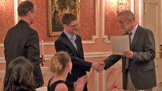 Первые кадры со Сноуденом в Москве на вручении премии от экс-разведчиков