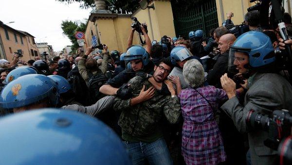 Столкновения в пригороде Рима (Альбано) в день похорон нацистского преступника Эриха Прибке