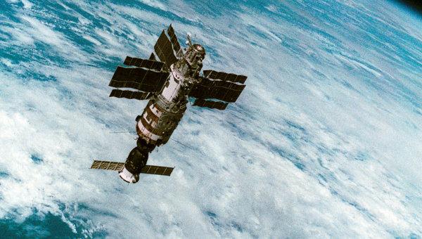 Орбитальная станция Салют-7 с космическим кораблём Союз Т-14 в космосе