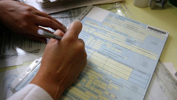 Медсестра заполняет больничный лист. Архивное фото