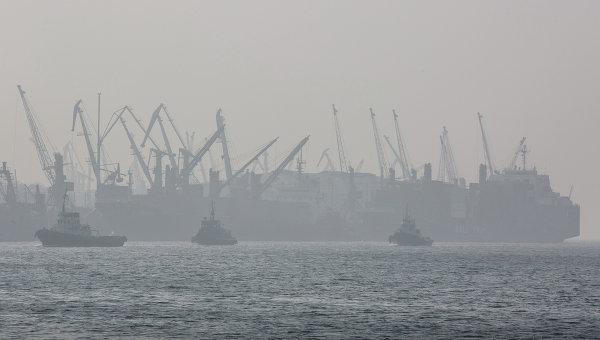 Докеры Владивостокского морского торгового порта митингуют против сокращений