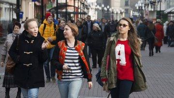 Горожане гуляют по улице Арбат в Москве. Архивное фото