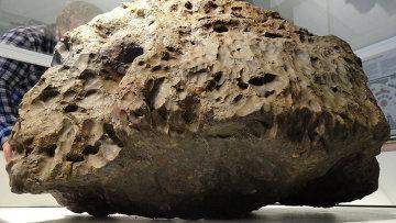 Главная масса челябинского метеорита, поднятая со дна озера Чебаркуль